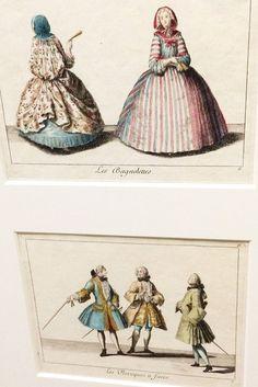 Arriba - hombros con capa en la capucha; abajo - pelucas en hombre de 'Recueil des differentes modes du tems' 1729 Antoine Herisset grabado a color a mano