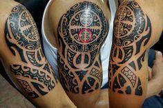 Maori Tattoos am Oberarm stechen lassen - Enata Zeichen