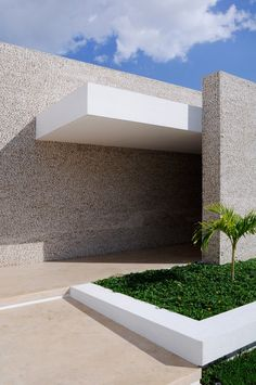 Rajuela House by Muñoz Arquitectos - Oh dear, pebble-dashing Mexican-style. This is a house built for an elderly citizen, or should that have been a tomb? Houses Architecture, Minimal Architecture, Residential Architecture, Contemporary Architecture, Architecture Details, Interior Architecture, Contemporary Houses, Pavilion Architecture, Organic Architecture