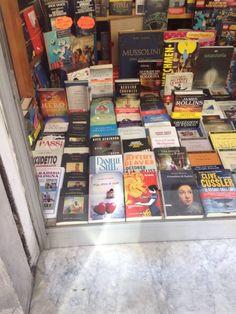"""""""Mira dritto al cuore"""" in vetrina libreria Lorici Bologna"""