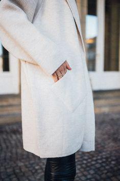 Der Alba Knit Cardigan hält nicht nur im tiefsten Winter kuschelig warm, sondern kann auch an wärmeren Tagen als Überzieh-Mantel genutzt werden. Er kommt in den Farben Beige und Black, womit man absolut nichts falsch machen. Material: 60% Acryl / 20% Polyester / 15% Wolle / 5% Alpaca Größeninfo: One Size HANDLE WITH LO Beige Cardigan, Knit Cardigan, Wedding Photographer Outfit, Alpaca, Mantel, Material, Knitting, Bags, Outfits
