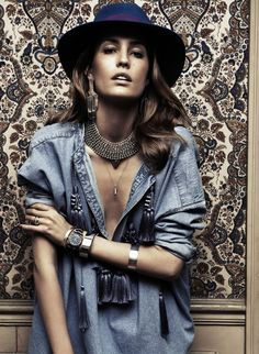 Bohemian couture // chambray tassel top + boho hat + gold jewelry // Nadja Bender x Vogue Paris Boho Chic, Bohemian Mode, Boho Gypsy, Bohemian Style, Hippie Boho, Gypsy Soul, Vogue Paris, Foto Fashion, Denim Fashion