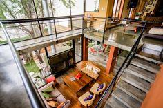 LA PLATA. Una casa urbana, entre medianeras, obra de la arquitecta María Eugenia Roig y su equipo, que materializa sus espacios en una propuesta ecléctica, conjugando materiales, colores y texturas como premisa constructiva.