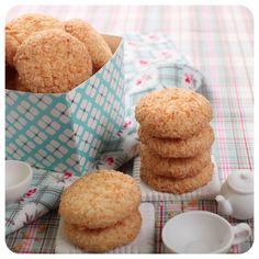 Biscoitinhos de Coco 140 gramas de AMIDO DE MILHO 40 gramas de FARINHA DE TRIGO 55 gramas de AÇÚCAR CRISTAL 100 gramas de MANTEIGA SEM SAL 50 gramas de COCO RALADO