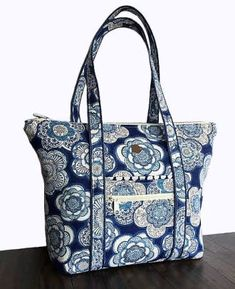 Best 12 Miranda Day Bag sewing pattern from Lazy Girl Designs – SkillOfKing. Quilted Tote Bags, Diy Tote Bag, Patchwork Bags, Crazy Patchwork, Denim Patchwork, Bag Pattern Free, Wallet Pattern, Tote Pattern, Diaper Bag Patterns