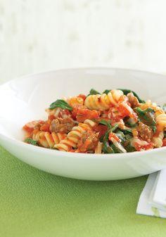 Pasta con tomate y espinaca- Esta receta es ideal para servir como parte de la cena de entresemana ya que es deliciosa y súper fácil de preparar. La salchicha italiana le añade un rico sabor.