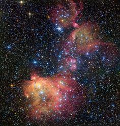 """BRILHANTE E AZUIS, ESTRELAS SE ENFEITAM COM NEBULOSA: Um telescópio do ESO (Observatório Europeu do Sul) registra o forte brilho de um grupo de jovens estrelas azuis e brancas, chamado de LH 72. Esta luz energiza o gás que restou da recente formação estelar, que aconteceu há """"apenas"""" alguns milhões de anos. O resultado dessa atividade é a colorida nebulosa, chamada LHA 120-N55, que está localizada na Grande Nuvem de Magalhães, uma galáxia satélite da Via Láctea a cerca de 163 mil anos-luz…"""