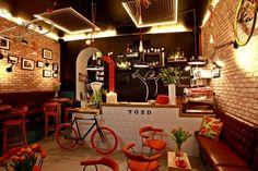 Cafeteria with manufactured bikes for sale  BIKE, LUZES NAS PAREDES DE TIJOLINHO
