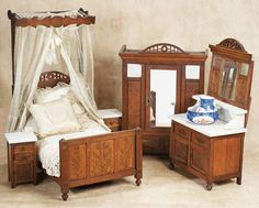 De Kleine Wereld Museum of Lier: 139 Early 20th Century Doll-Sized Oak Bedroom Ensemble with Marble Tops