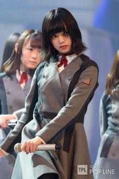 欅坂46が29日、東京・渋谷のNHKホールで行われている「第67回NHK紅白歌合戦」のリハーサルに登場した。 デビュー8ヶ月で紅白スピード出場を決めた欅坂46は、デビューシングル「サイレントマジョリティー」を、シングルリリース時にはグループに合流していなかった長濱ねるを含む21人でパフォーマンスする。 ステージでは同楽曲の振付を担当した世界的ダンサーのTAKAHIRO氏の指示のもと、入念に立ち位置を確認していた。 グループ最年少でセンターに立つ平手友梨奈は「私だけが注目されがちなんですけど、全員のパフォーマンス、全体のフォーメーションを見ていただきたい。印象的な振付もあるので、そこに注目してください」とコメント。 リハーサル後には今年の司会を務める有村架純と相葉雅紀との面談に臨み、菅井友香は「まず、本当に実在されているんだなってビックリした」と初々しく話し、「頑張ってねと励まされました」と明かす。…