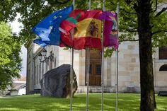 La bandera española ondea en la Casa de Juntas de Gernika desde finales de abril.   Mitxi