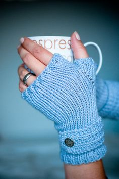 Free fingerless mitts knitting pattern, great for a beginner knitter. Find more free knitting patterns on this site! Fingerless Gloves Knitted, Crochet Gloves, Knit Mittens, Knit Or Crochet, Mittens Pattern, Crochet Granny, Knitting Patterns Free, Free Knitting, Crochet Patterns