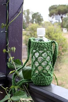 Water bottle carrier crochet pattern (photo only) Crochet Cozy, Love Crochet, Bead Crochet, Crochet Crafts, Yarn Crafts, Crochet Projects, Water Bottle Carrier, Water Bottle Holders, Bottle Bag