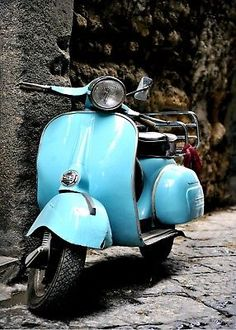Classic Italian Vespa scooter in the street. I love vintage vespas soo much :) Piaggio Vespa, Scooters Vespa, Motos Vespa, Lambretta Scooter, Motor Scooters, Scooter Scooter, Retro Scooter, Scooter Custom, Scooter Girl