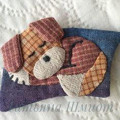 Ну почему я в тебя такой влюблённый!? Я влюбилась в свою Лизу! Да- да, она напоминает Лизоньку. Та тоже любила спать свернувшись клубочком на подушечке, на моих брошенных тряпочках. Это брошка размером 5/7см. #собачки_текстильные_ручнаяработа.