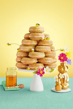 "Glazed Honey Doughnut Beehive Your kids will be all abuzz once they see this ""honeycomb"" tower on the dessert table. Winnie The Pooh Birthday, Baby Birthday, 1st Birthday Parties, Bee Birthday Cake, Birthday Ideas, Bumble Bee Birthday, Winnie The Pooh Cake, Yellow Birthday, Dessert Original"