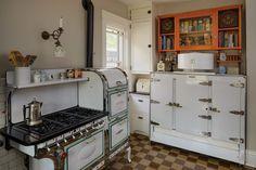 Bungalow Kitchen, Craftsman Kitchen, Cottage Kitchens, Home Kitchens, Retro Kitchens, Vintage Kitchen Appliances, Kitchen Items, Kitchen Decor, Inside Cabinets