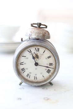 love this vintage alarm clock