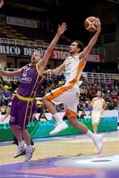 Román Montañez lucha por el balón contra un rival