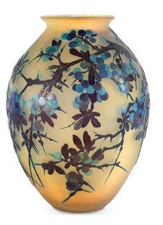 Emile GALLE - EUR 5200 - Important vase de forme pansue en verre gravé à l'acide à décor de pampres violette sur fond jaune. Signé. H.: 34 cm.