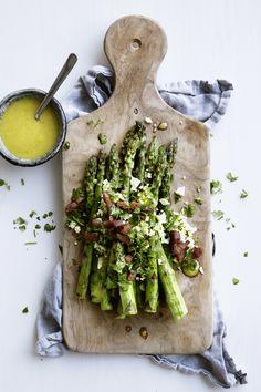 Grillede asparges med bacon, hakkede æg og vinaigrette | Meny.dk
