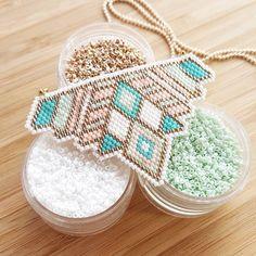 Nude & Mint... Je continue dans les couleurs douces. Le dernier vous a beaucoup plu, merci beaucoup pour vos retours #jenfiledesperlesetjassume #perlesandco #perlezmoidamour #perles #beads #miyukibeads #miyuki #tissage #brickstitch #tissageperles #madeintoulouse #bijoux #pink #nude #mint #collier #necklace Seed Bead Patterns, Peyote Patterns, Beading Patterns, Wire Wrapped Jewelry, Beaded Jewelry, Miyuki Beads, Bead Loom Designs, Beaded Cross, Peyote Beading