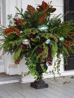 FOCAL POINT STYLING: DECORATING WITH URNS FOR THE HOLIDAYS