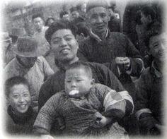 「中国人は日本人カメラマンが行くと、積極的に子供をかかえて撮影に協力してくれる。  日本兵や日本人を恐れていなかった」 (カメラマン佐藤振寿氏。南京占領の2日後 1937.12.15撮影 南京安全区にて)