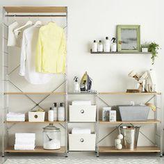 憧れのクレイトアンドバレルのランドリークローゼットです。ここまで白で揃えることができたら毎日のお洗濯もウキウキです。