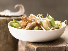 Hähnchen auf chinesische Art - mit Sellerie, Bohnensprossen und Knoblauch - smarter - Kalorien: 352 Kcal - Zeit: 30 Min. | eatsmarter.de