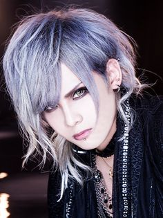 Royz Vocal: Subaru (昴)| OH MY GOD THE SILVER HAIR AND EYES THOUGH.