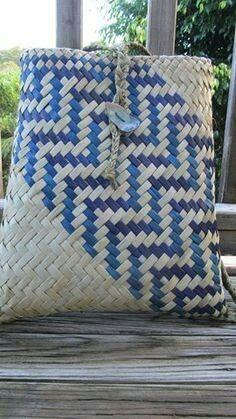 Flax Weaving, Weaving Art, Weaving Patterns, Basket Weaving, Knitting Patterns, Woven Baskets, Maori Patterns, Polynesian Art, Maori Designs