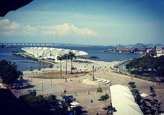 Uma das vistas mais bonitas do #Rio. O MAR continua com suas exposições muito interessantes e lindas tanto dentro quanto fora de suas paredes... #lorenamottadesign  #museudeartedorio #MAR #museu #piermaua #boulevardolímpico #museudoamanha #design #arte #instagood #cariocando #restaurantemaua #riodejaneiro #designdeinteriores #designerrj #design #issoearte
