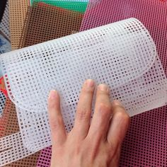 "In Rete Con La Stringa ""Freeform"" Trovat - Diy Crafts - Marecipe Plastic Canvas Stitches, Plastic Canvas Coasters, Plastic Canvas Crafts, Plastic Canvas Patterns, Crochet Backpack Pattern, Crochet Bag Tutorials, Diy Crafts How To Make, Diy Purse, Crochet Handbags"