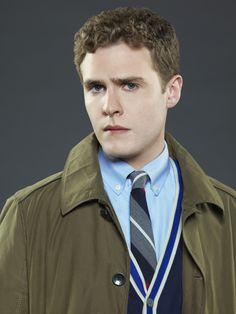 Iain De Caestecker como el agente Leo Fitz, un experto en tecnología de armamento