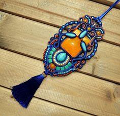 Paratiisi Sutasz Soutache Pendant, Soutache Jewelry, Shibori, Beaded Embroidery, Beadwork, Creative Ideas, Macrame, Pendants, Jewellery