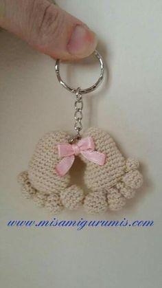 Patrón de Llavero tejido a crochet con la técnica amigurumi de unos piececitos o huellas de bebé.