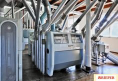Moderne Mühle der Rieper AG in Südtirol Mehl . Il molino della dita Rieper in Alto Adige, farine per uso casalingo.