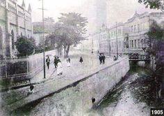 Foto da Praça José de Alencar com o rio Carioca ainda correndo a céu aberto.