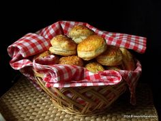 Covrigi de casa cu sare | Savori Urbane Puff Pastry Recipes, Romanian Food, Fettuccine Alfredo, How To Cook Pasta, Quick Easy Meals, Quiche, Bacon, Appetizers, Basket