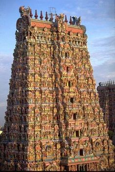 Com Meenakshi Temple ~Madurai, India. Because I have climbed Aztec and Mayan Temples and see such similar structure that I must visit this one! Madurai, Amazing Pics, Incredible India, Beautiful Buildings, Beautiful Places, Places To Travel, Places To See, Tourist Places, Travel Destinations