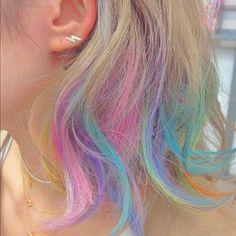 夏はフェスやお祭りなどイベントがたくさん!そのイベントに合わせて髪の毛もオシャレにカラーリングしたいけれど、元に戻すのは大変。一時的にステキなカラーに染められないかなぁ…と思っていた人に朗報です。ヘアカラーチョークというアイテムがあるんです。簡単に髪に色が付いて、お風呂で落とせるんですよ!   ページ1