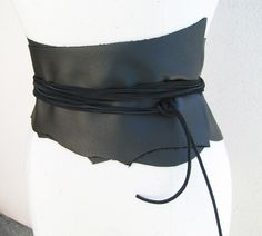 DIY Basics: Make a Wide Leather Belt Wide belts make dresses 10 times more flattering—here's an easy way to make your own wide leather wrap belt. Wide Leather Belt, Leather Belts, Leather Corset Belt, Fashion Belts, Diy Fashion, Diy Corset, Corsets, Bordados E Cia, Diy Belts