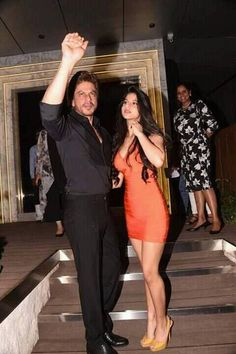 Shah Rukh Khan and daughter Suhana Khan arrive at the Gauri-Khan-designed-restaurant in Mumbai. Bollywood Actors, Bollywood Celebrities, Sajid Khan, Bollywood Pictures, Senior Girls, Shahrukh Khan, India Beauty, Indian Wear, Asian Woman