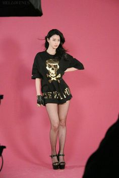Hello Venus's Nara showed that she doesn't need photoshop to use her model-like physique for displaying this season's hot items!Her label revealed beh…