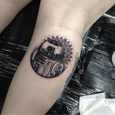c3c26_Dotwork-And-Linework-R2D2-Calf-Tattoo.jpg (564×566)