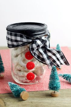 Learn how to make white chocolate covered pretzels to give as homemade Christmas food gifts this holiday season. These easy pretzels covered in white chocolate make wonderful mason jar food gifts. Keep reading for my 2-ingredient white chocolate covered pretzels recipe. Plus discover a creative packaging idea for your homemade holiday food gifts. My easy white chocolate covered pretzels recipe requires just 2-ingredients to make! It doesn't get easier than that. All you need for yo…