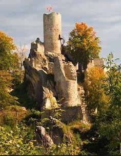 Frýdštejn castle ruins (Bohemian Paradise), Czechia Abandoned Mansions, Abandoned Buildings, Abandoned Places, Architecture Old, Amazing Architecture, Prague, Real Castles, Castle Pictures, Scottish Castles