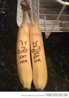 Veszekedő banánok. Na, melyiket együk meg először? - Fighting bananas. With which one do you want to start?