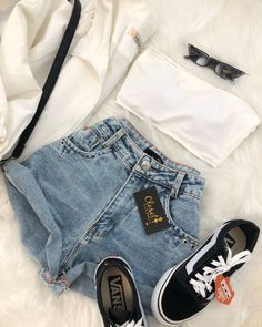 short jeans e tênis vans old skool. Look básico e cheio de estilo!Top, short jeans e tênis vans old skool. Look básico e cheio de estilo! Teenage Outfits, Teen Fashion Outfits, Mode Outfits, Outfits For Teens, Fashion Models, Girl Outfits, Vans Fashion, Fashion Designers, Fashion Women